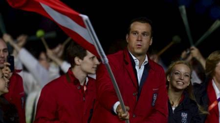 FLAGGBÆRER: Markus Rogan fikk det ærefulle oppdraget under OLs åpningsseremoni. (Foto: OLIVIER MORIN/Afp)