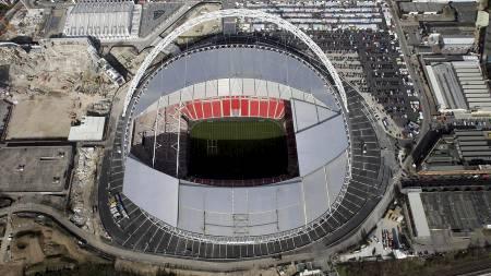 Politibetjenter skulle sikkerhetsklarere skulle søke gjennom Wembley, men endte opp med å miste sikkerhetsnøklene til OL-arenaen. (Foto: Lewis Whyld/AP)