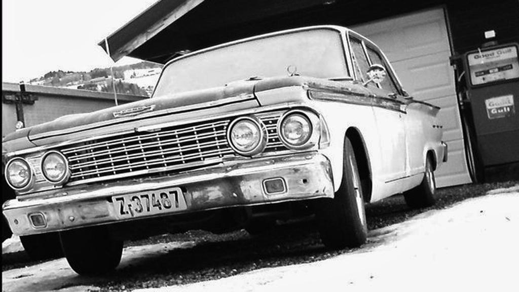 Bildet kunne vært fra 60-tallet, ikke minst takket være Gulf-pumpen til høyre. Da var store og slitesterke amerikanere fremdeles drømmebilen for mange norske drosjeeiere, men stadig færre tok seg råd til dem. (Foto: Privat)