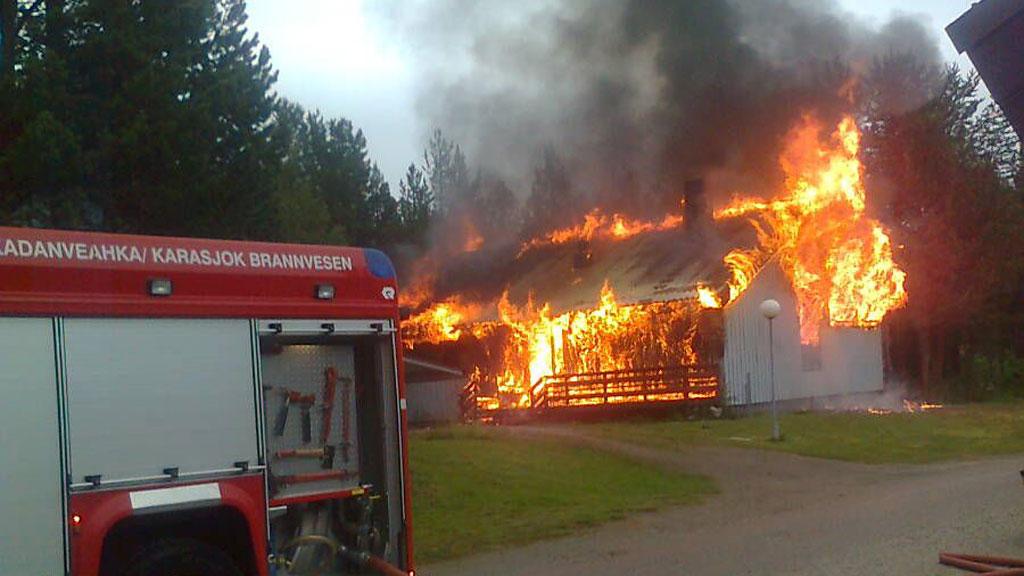 OVERTENT: Ingen mennesker kom til skade i brannen, men bygget var som bildet viser, ikke mulig å redde.  (Foto: Tipser / Linn Cecilie Holst)
