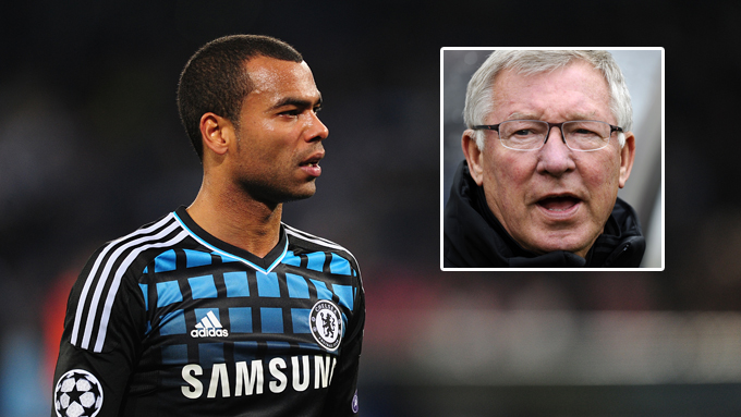 SJOKKBUD: Ferguson kan gå for å hente Ashley Cole til Manchester United.