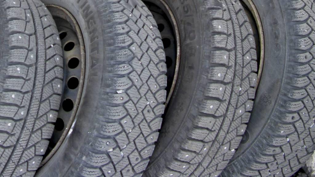 DEKKSKIFT: Perioden det er lov å kjøre med piggdekk kan bli fram til 10. april om våren, og ikke variabelt som i dag. (Foto: Berit Keilen/NTB scanpix)