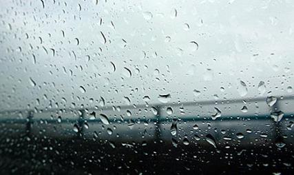 REGN OG SLUDD: Et lavtrykk vil sørge for at det blir en fuktig helg langs hele kysten i helgen.  (Foto: Berit S. Lier)