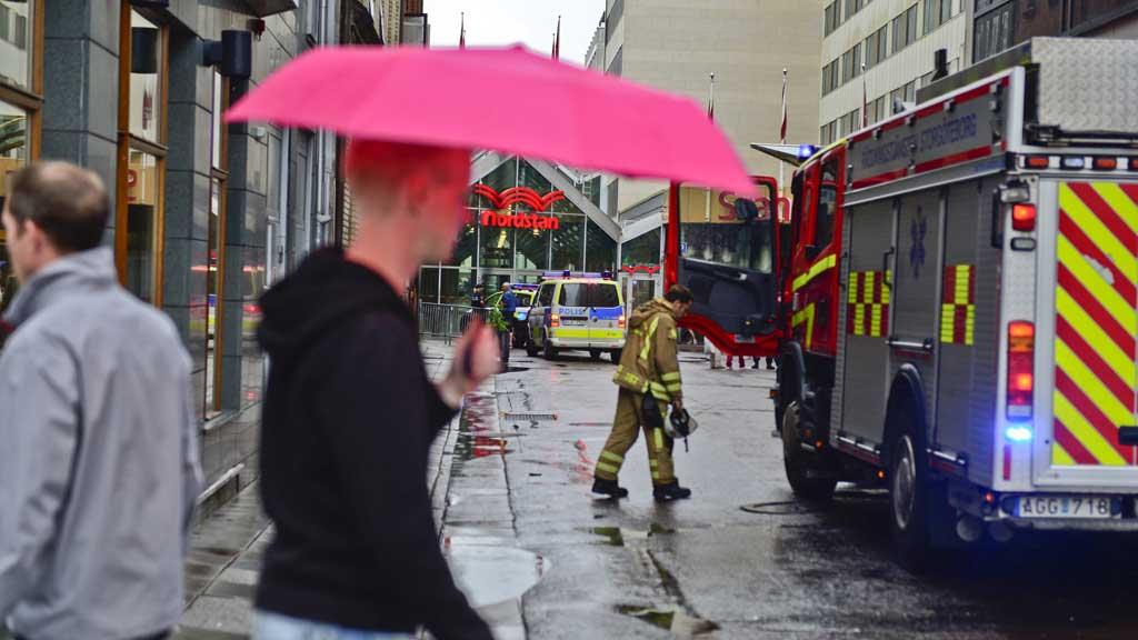 TAKET SVIKTET: Kjøpesenteret Nordstan ble evakuert da man fryktet taket skulle kollapse under vannmassene. (Foto: ADAM IHSE / EXPONERA/Scanpix sverige)