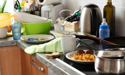 Hverdagen er sjelden flekkfri. Kjøkkenkluten har kontakt med det meste og bør byttes ofte. (Foto: Colourbox, ©Colourbox)