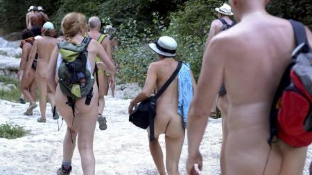 POPULÆRT: Mange franske nudister tar skrittet ett skritt lenger   for å være mer i ett med naturen. (Foto: PHILIPPE DESMAZES/Afp)