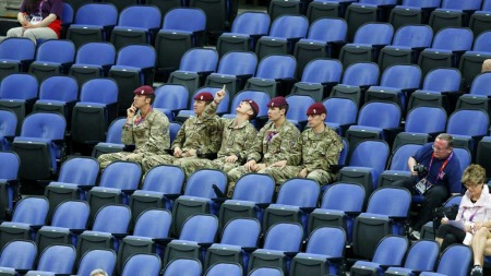 SETEFYLL: Soldater er sendt inn for å fylle tribuene under kvinnenes gymnastikkvalifisering lørdag. Imens får interesserte beskjed om at øvelsene er utsolgt. (Foto: MIKE BLAKE/Reuters)