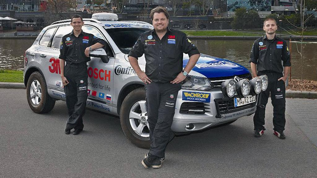 Denne gjengen med erfarne langtur-bilister skal i løpet av tre uker kjøre 2.300 mil fra Melbourne til St. Petersburg for å sette verdensrekord.