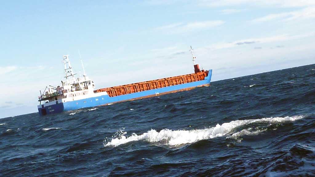 GRUNNSTØTT: Det var ingen fare for mannskapet da fraktskipet Kine har gått på grunn utenfor Smøla. (Foto: Redningsskøyta Erik Bye)
