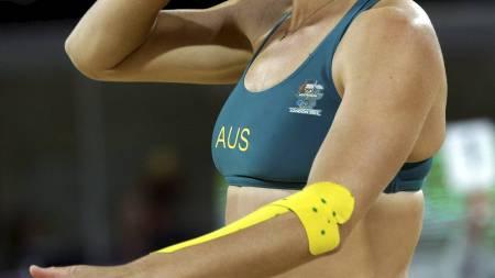 KOMFORTABEL: Natalie Cook hevder hun er stolt over å vise fram   kroppen sin, men valgte å spille i langbukse i OL. (Foto: Dave Martin/Ap)