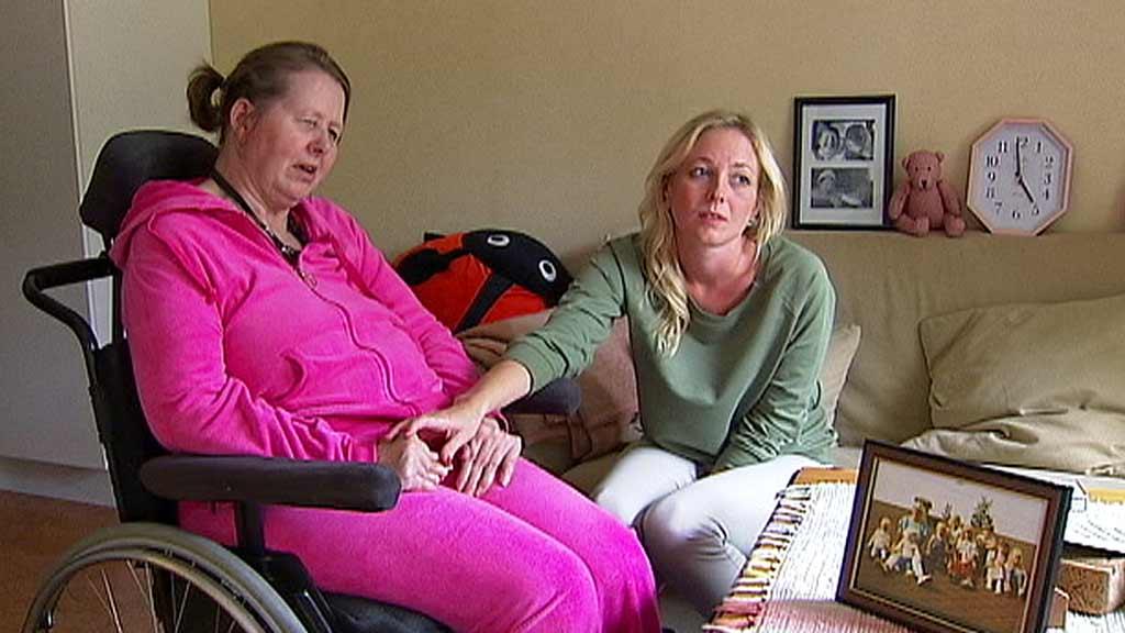 MEDISIN TIL FEIL TID: Marit Kjørstad Jakobsen ble tvunget til å ta medisin til feil tid. Datteren Marit Elisabeth Tangen reagerer kraftig. (Foto: Glenn Aaseby/TV 2)