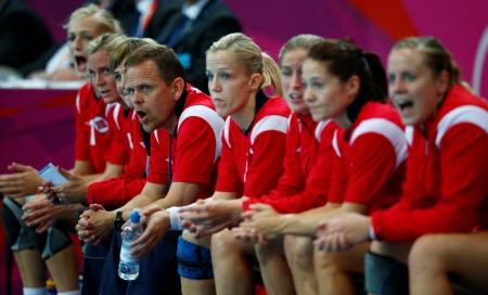 KAN DRA FORDEL: Thorir Hergeirsson og de norske håndballjentene kan ha en fordel i kampen. Det mener TV 2s håndballekspert Randi Gustad.