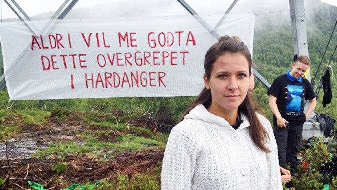 PROTESTERER: Synnøve Kvamme er blant de mest profilerte motstanderne av strømmastene i Hardanger. Fredag var aksjonister igjen på plass for å prøve å stoppe arbeidet med kraftlinjene. (Foto: Vilde Kalsaas Worren/TV 2)