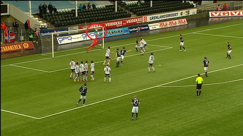 FRISPARK TIL VIKING: Her banker Martin Ørnskov ballen i mål etter et frispark like utenfor 16-meteren.