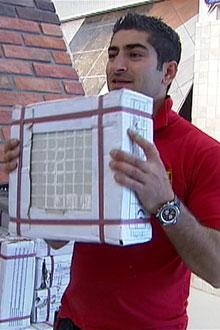 - Skal folk ta med seg slike på bussen da? spør Shaho og holder opp en 25 kilos tung flispakke. (Foto: TV 2 / Siw Borgen)