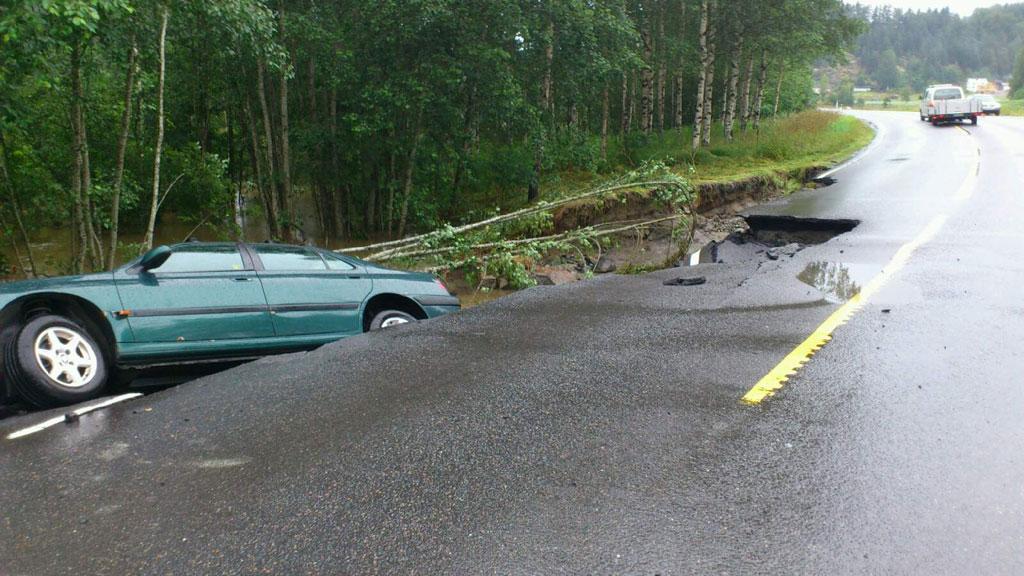 I GRØFTA: - Plutseleg forsvann vegen under meg, seier Frode Hoff. Her ligg bilen hans i grøfta. (Foto: Frode Moen / Privat)