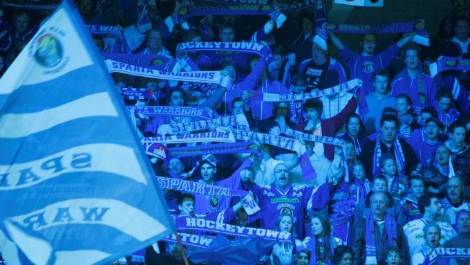 TIL HALDEN: Sparta-supporterne regner med å fylle Halden Ishall på lagets første istrening lørdag. (Foto: Scanpix)