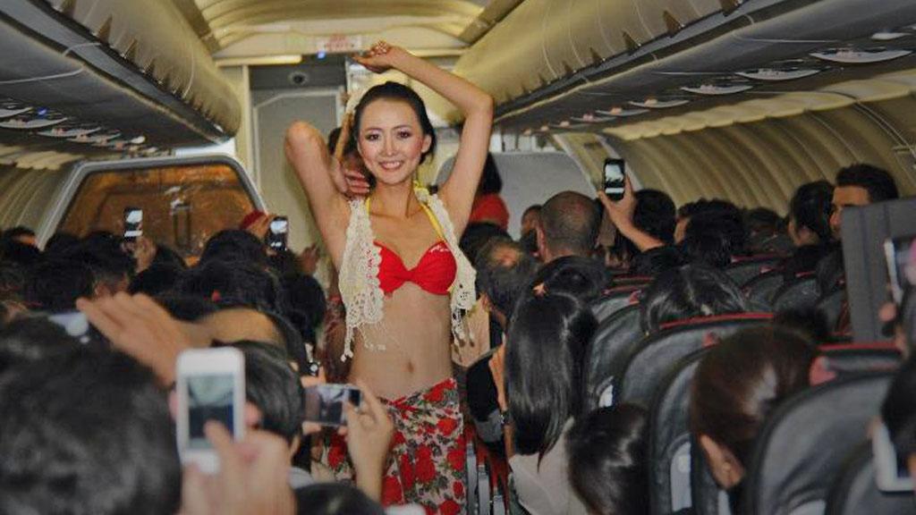 FARLIG TROPEDANS: Denne seansen ombord i et av selskapet VietJets fly var en alvorlig trussel mot flysikkerheten. (Foto: VietJet på Facebook)