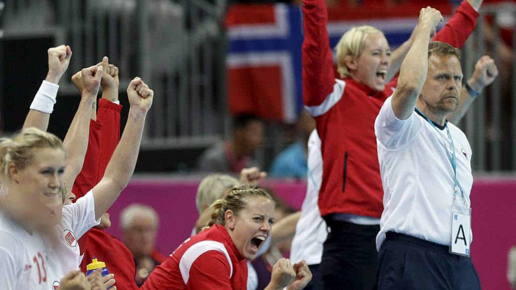 Lagmoralen i det norske laget blir hyllet av våre andre idrettsstjerner.  (Foto: Matthias Schrader/Ap)