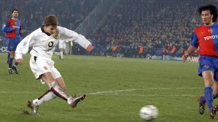 Ole Gunnar Solskjær scorer mot Basel i Mesterligaen, 2002 (Foto: WALTER BIERI/AP)