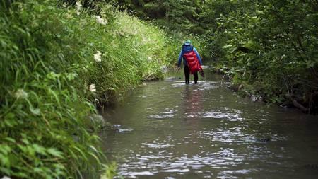 VÅT PÅ BEINA: Man kan ikke være redd for å bli våt i skoene når man beveger seg inn i ukjent territorium. (Foto: Mikkel Soya Bølstad/)