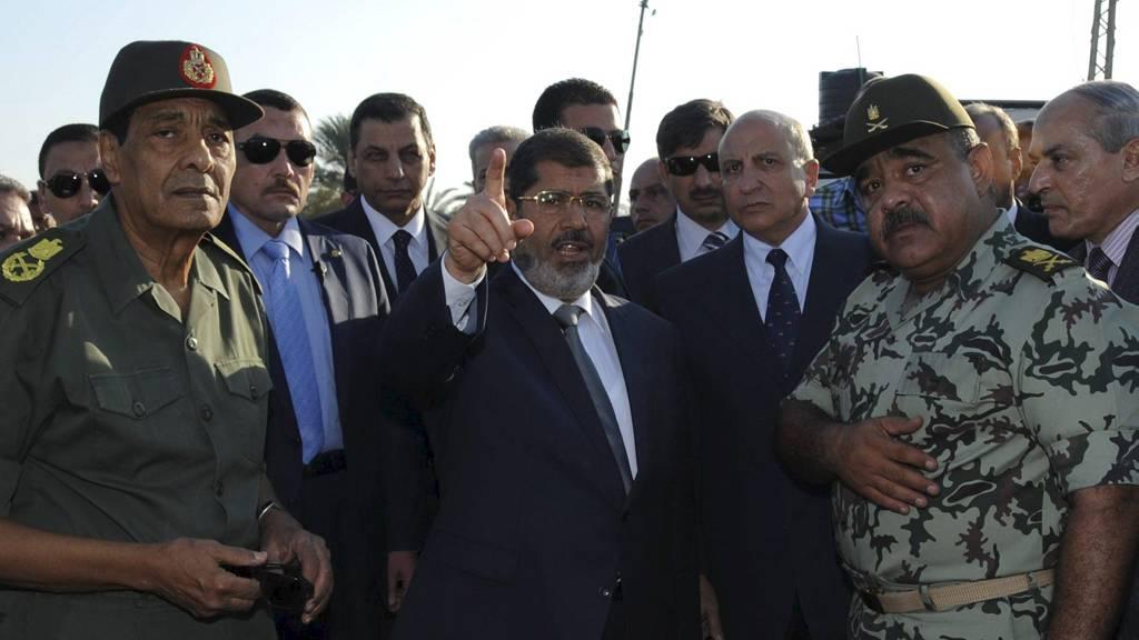 President Mohamed Morsi (i midten) , Egypts forsvarsminister og feltmarskalk Hussein Tantawi (t.v) besøker et kontrollpunkt i SInai. (Foto: HANDOUT/Reuters)