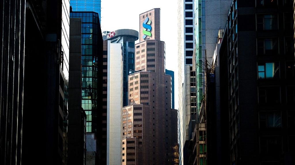 SVINDEL: Amerikanske myndigheter beskylder banken Standard Chartered for å ha skjult transaksjoner med Iran tilsvarende 1,5 billioner kroner.  (Foto: AFP PHOTO / Philippe Lopez)
