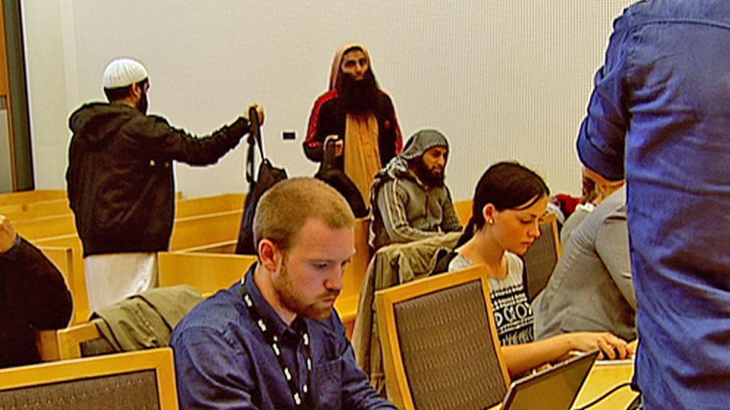 Arfan Qadeer Bhatti, i midten av bildet, ville følge rettssaken mot mulla Krekar. (Foto: TV 2)