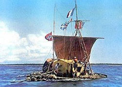 Den originale Kon-Tiki nærmer seg land i 1947. (Foto: Wikipedia Commons)