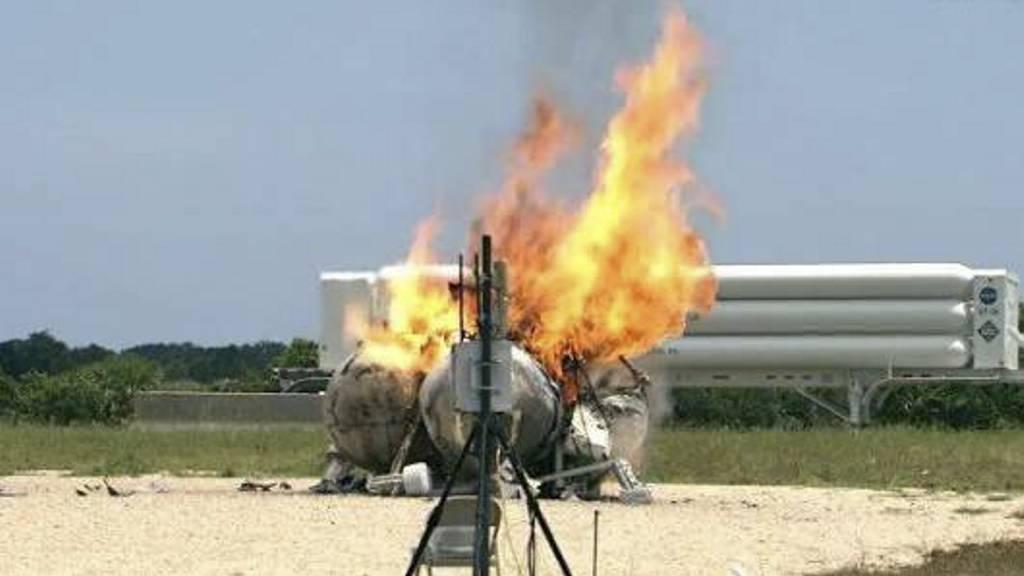 UT MED ET SMELL: Den metandrevne testsonden eksploderer i flammer. (Foto: NASA/AP/Ap)