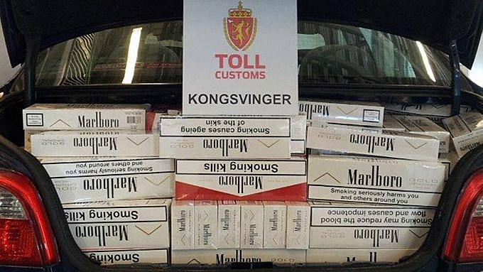 FULLSTAPPET: Toyota Avensisen var full av ulovlige sigaretter. (Foto: Tollvesenet)