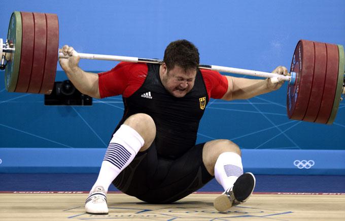 ... men så, i knestående og vektstanga over hodet, gikk det helt galt: Beina klarte ikke bære vekten, og Steiner seg sammen. (Foto: SCANPIX)
