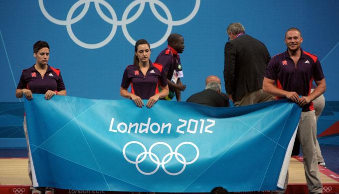 OL-arrangørens funksjonærer rullet raskt ut et improvisert forheng, ettersom det så svært alvorlig ut. Til alt hell gikk det bra med Steiner. (Foto: SCANPIX)
