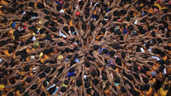 Troende forsøker å lage en menneskelig pyramide under markeringen av den hinduistiske festivalen Janmashtami i Mumbai.