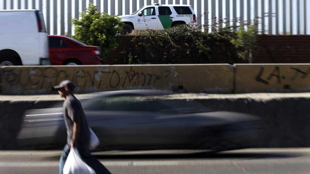 TATT: Brødrene Villareal risikerar no 50 år i fengsel etter å ha vorte funne skuldig i å driva med menneskesmugling. Den opphavelege jobben deira var å jobba som grensevakt, køyretøyet til jobben er det kvite og grøne i bakgrunnen. (Foto: AP Photo/Gregory Bull)