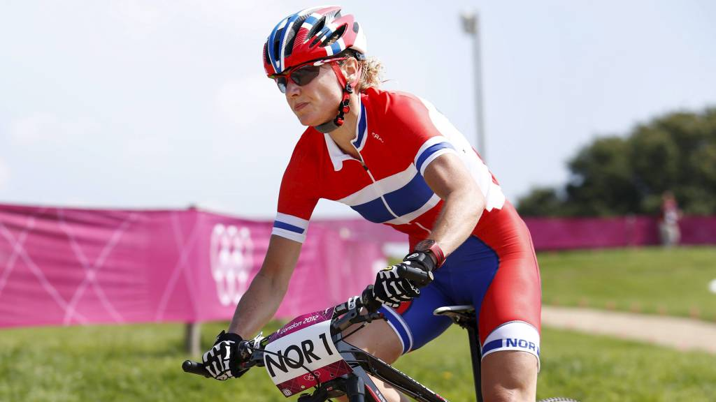 NYTT GULL?: Gunn-Rita Dahle Flesjå skal kjempe om en ny gullmedalje for Norge i terrengsykling. Her trener hun før lørdagens løp.  (Foto: Junge, Heiko/NTB scanpix)