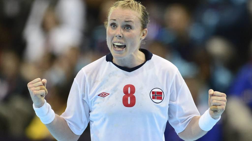 SATSER PÅ BREIVANG: De norske håndballjentene mener at Karoline Dyhre Breivang har et godt tak på den duellsterke Bojana Popovic.  (Foto: JAVIER SORIANO/Afp)