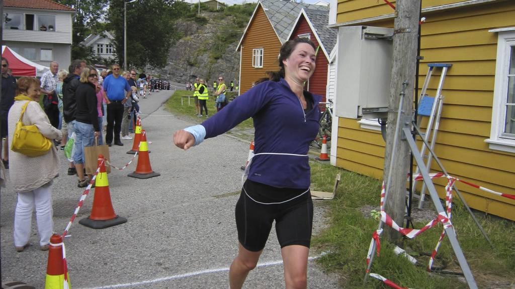 STRILAMAN: Glesnes Ungdoms og Idrettslag på Sotra utenfor Bergen inviterte til tidenes første Strilaman sprinttriathlon. Konkurransen foregikk helt ute i havgapet det 45 deltakere svømte, syklet og løp fra kai-til kai. Fire tøffe kvinner fullførte. (Foto: Eivind A. Pettersen/)