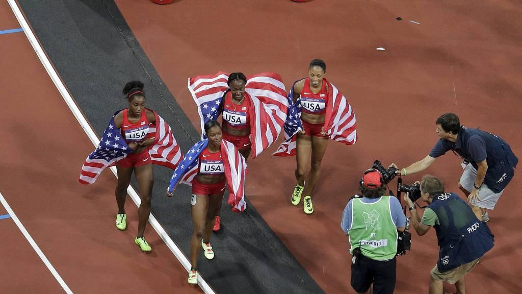 VERDENSREKORD: USA tok gullet i 4x100 meter-finalen fredag kveld. Det ble også ny verdensrekord for amerikanerne.  (Foto: Morry Gash/Ap)