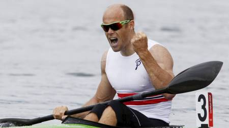 GULLMEDALJE: Eirik Verås Larsen tok Norges første gull i OL. Padleren viste muskler i finaleheatet og vant over kanaderen Adam van Koeverden.  (Foto: Junge, Heiko/NTB scanpix)