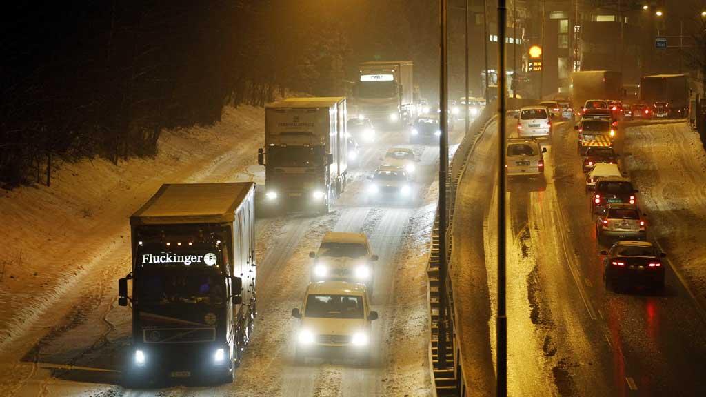 Svensk politi har begynt å bøtelegge norske vogntog som er for lange eller tunge etter EUs regler. Den nye praksisen får store følger for eksportnæringen.  (Foto: Scanpix)