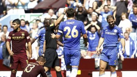 Branislav Ivanovic fikk rødt kort da City slo Chelsea i Community Shield (Foto: Sang Tan/Ap)
