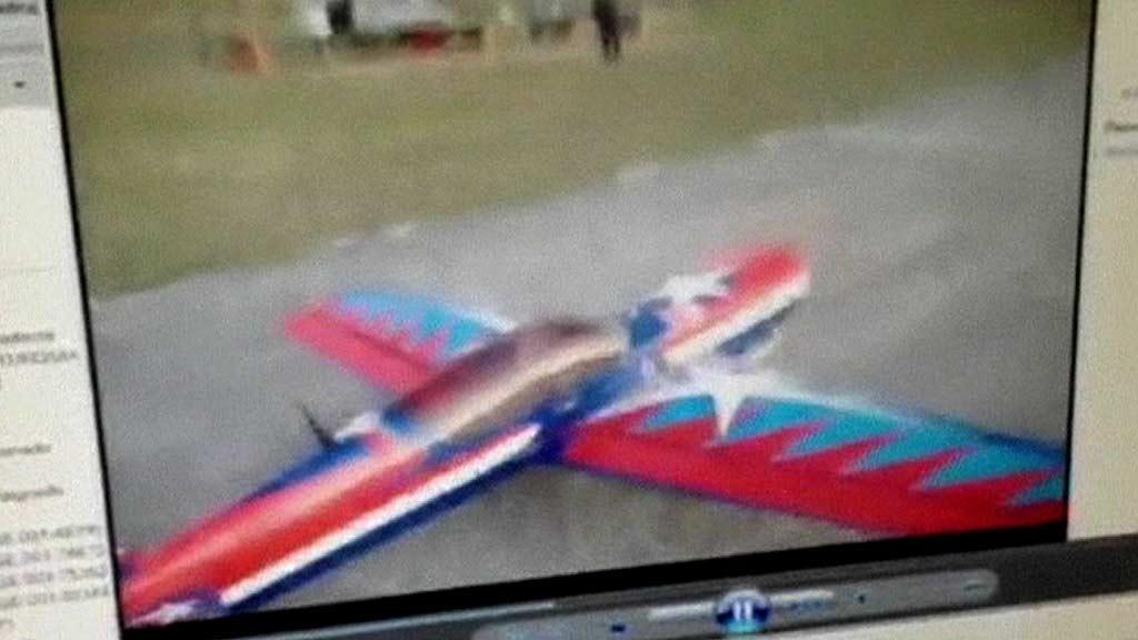 FLYTRENING: De terrormistenkte skal ha øvet på å slippe pakker fra dette modellflyet. (Foto: TVE)