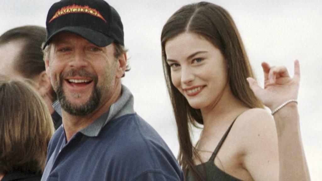 """ERFARING: Bruce Willis, her sammen med Liv Tyler, i forbindelse med lanseringen av filmen """"Armageddon"""". (Foto: REMY DE LA MAUVINIERE/AP)"""