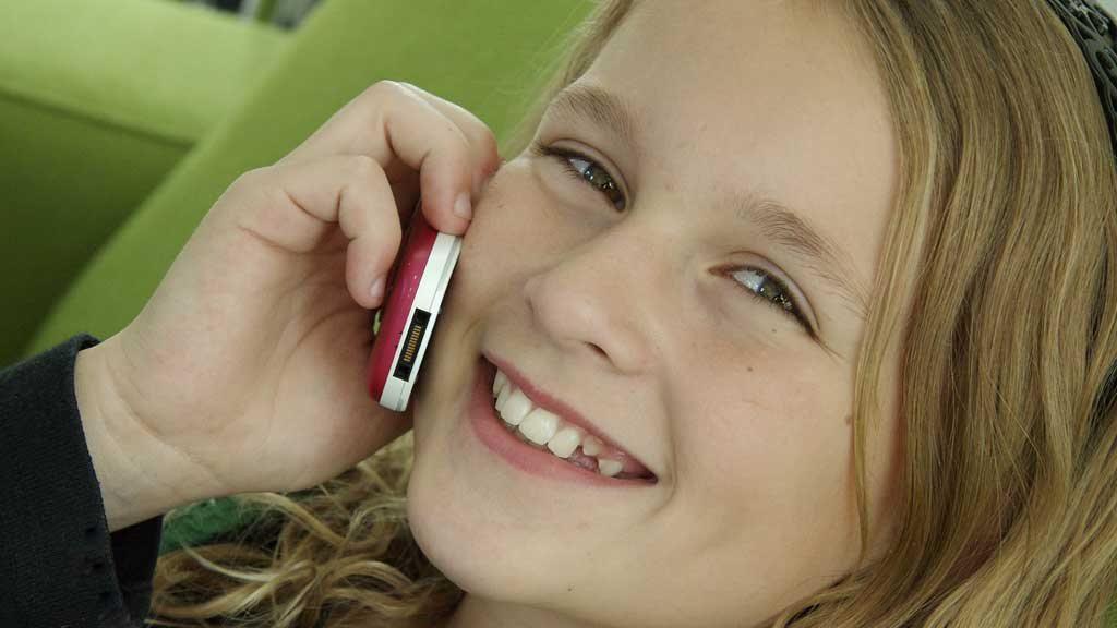 HVA ER RIKTIG ALDER: I Norge er gjennomsnittsalderen for å få mobil cika ti år.  (Foto: COLOURBOX)