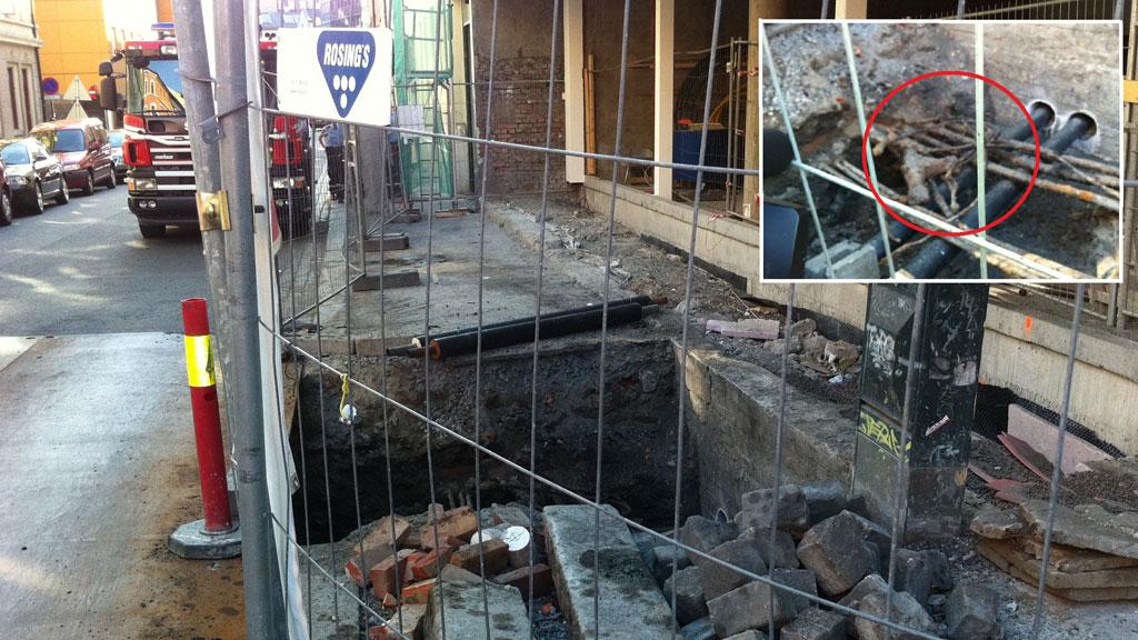 11.000 VOLT: Det var en kortslutning i de tre innringede høyspentkablene øverst til venstre som utløste eksplosjonen i Oslo sentrum fredag. En tilfeldig forbipasserende fikk blåst sand og stein inn i øyet.  (Foto: Cato Husabø Fossen/TV 2)