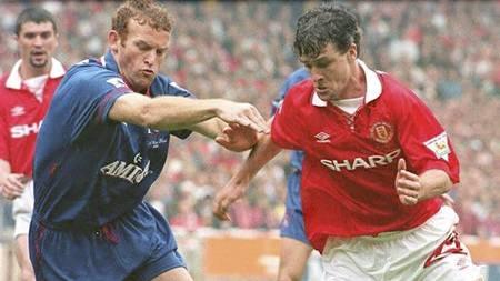 Erland Johnsen og Mark Hughes i FA cupfinalen. (Foto: GERRY PENNY/EPA/NTB scanpix)