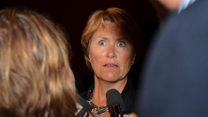 Justisminister Grete Faremo måtte svare for et samlet pressekorps etter at hun offentliggjorde politidirektør Øystein Mælands avgang på direktesendt TV torsdag kveld. (Foto: Ingvill Teige Stiegler/TV 2)