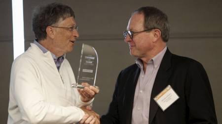 VINNEREN: Professor Hoffman (t.h) og hans team vant med et toalett som drives av solenergi. Her gratuleres han av Bill Gates.  (Foto: ANTHONY BOLANTE/Reuters)