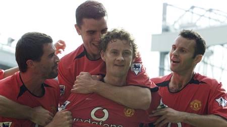 Roy Keane, John O'Shea og Ryan Giggs gratulerer Ole Gunnar Solskjær (Foto: ALASTAIR GRANT/AP)